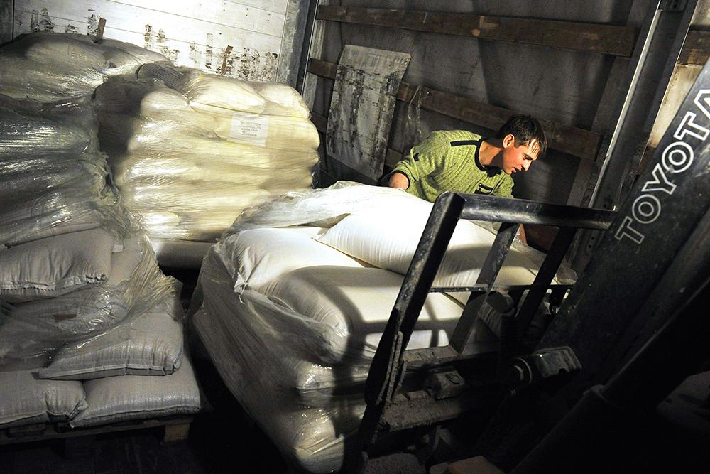 Разгрузка гуманитарной помощи с медикаментами и продовольствием