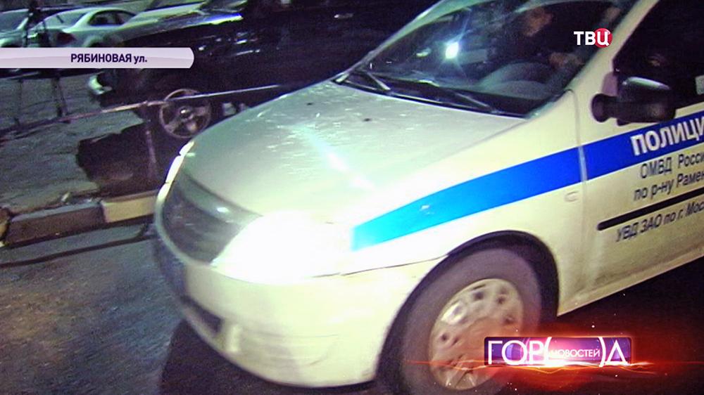 Машина полиции на месте стрельбы в дежурной части на Рябиновой улице