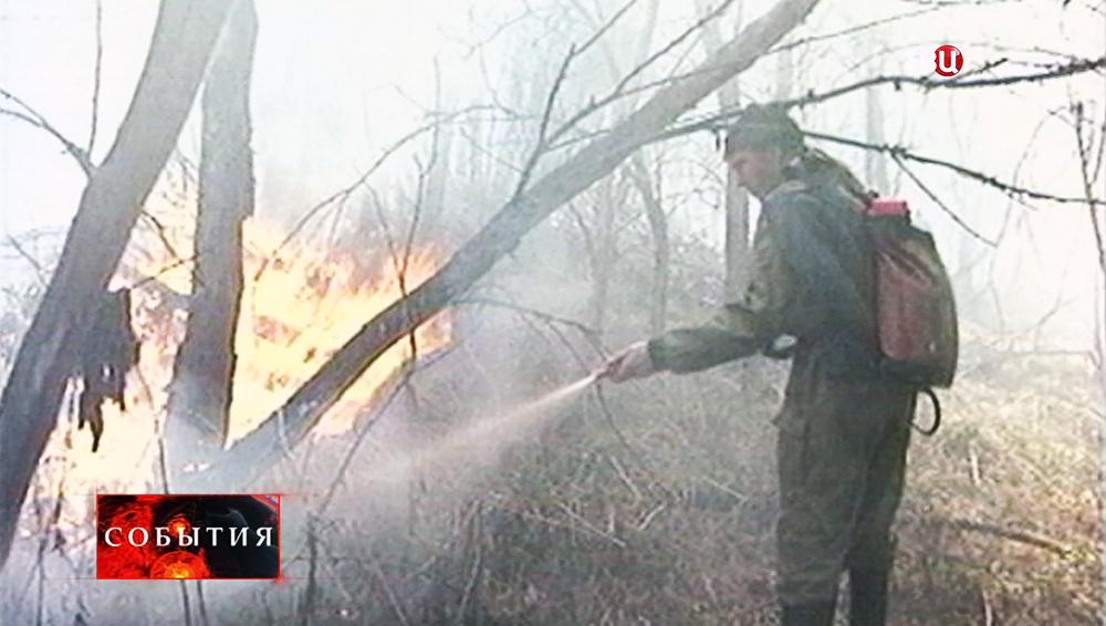 Волонтеры тушат лесной пожар