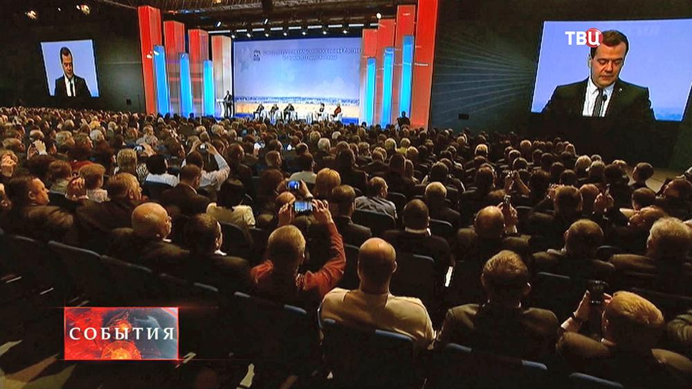 Дмитрий Медведев выступает на съезде