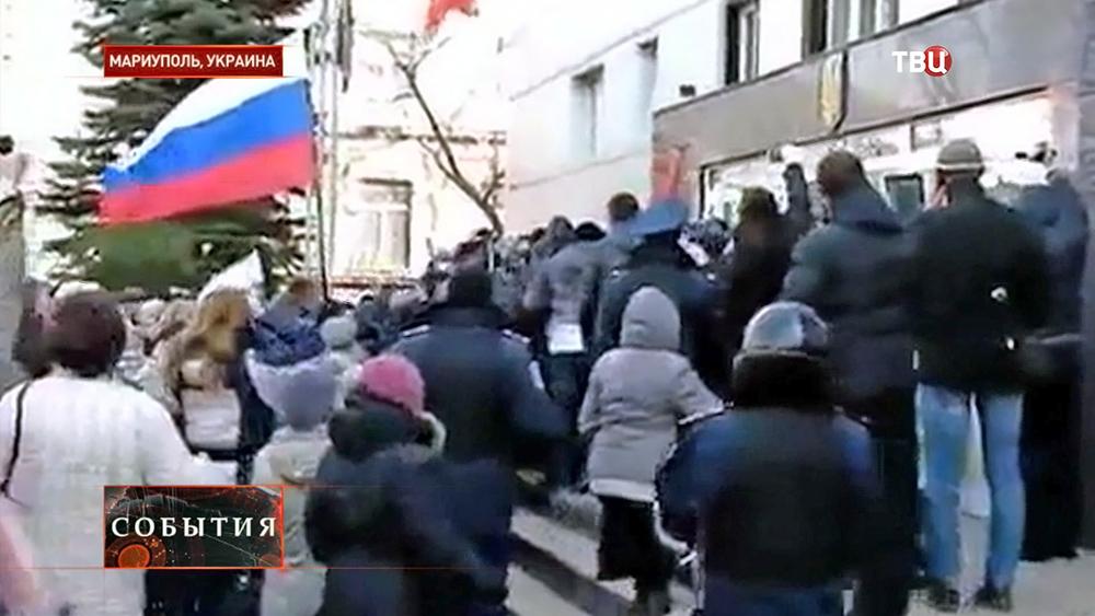 Митингующие у здания прокуратуры в Мариуполе