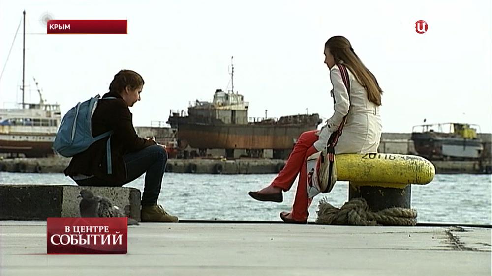 Отдыхающие на набережной в Крыму