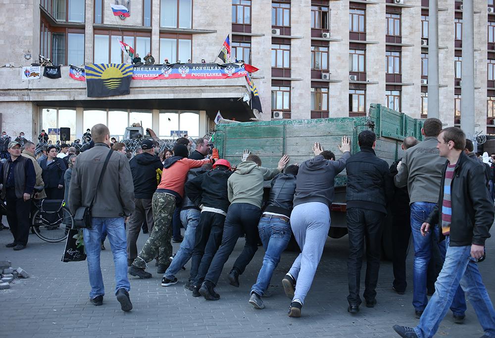 Участники протестных акций у здания Донецкой областной администрации