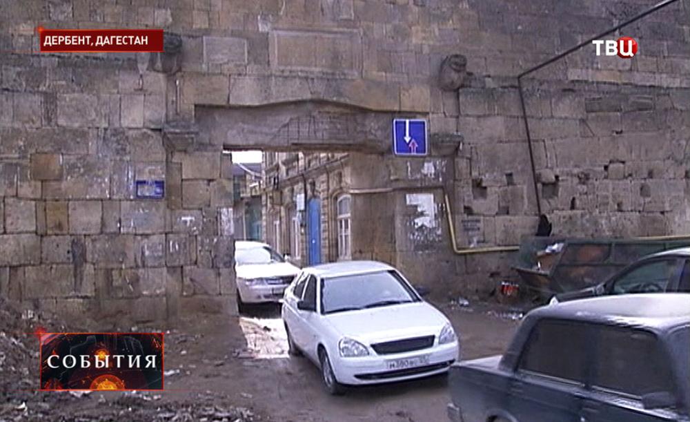 Ворота в стене Дербентской крепости в Дагестане