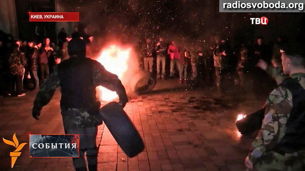 Митингующие в Киеве жгут покрышки