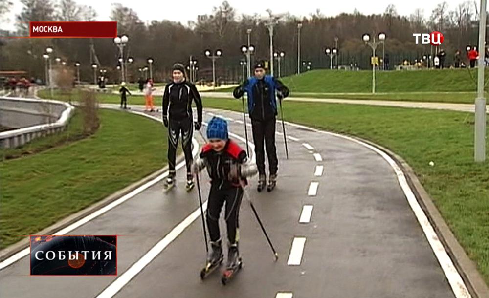 Спортсмены-лыжники тренируются