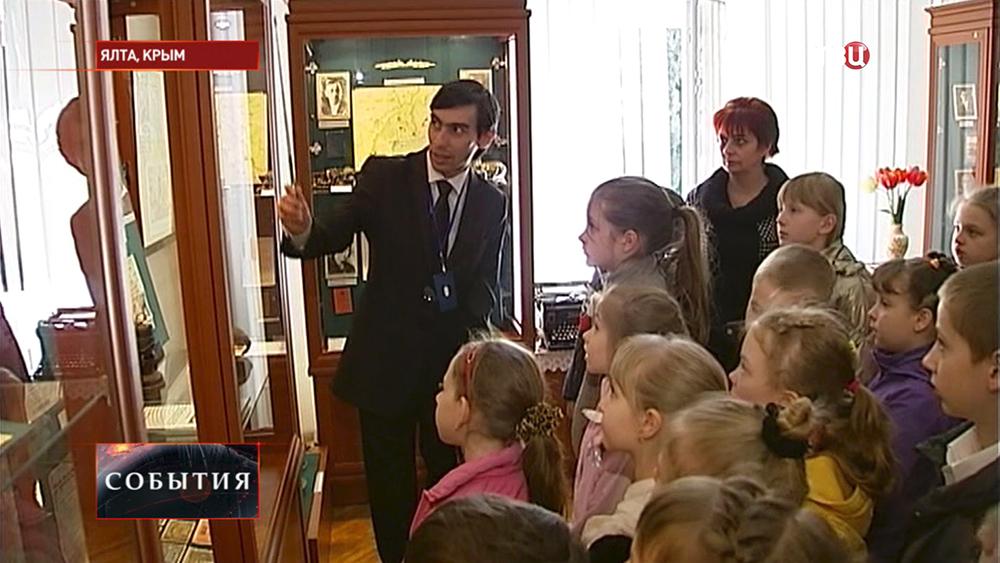 Школьники в историческом музее Ялты