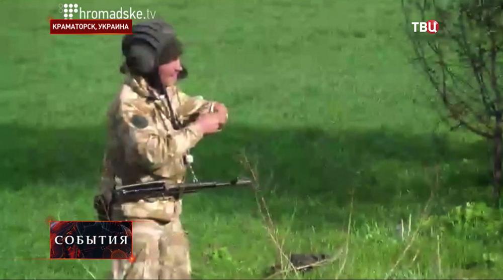 Украинский солдат с гранатой