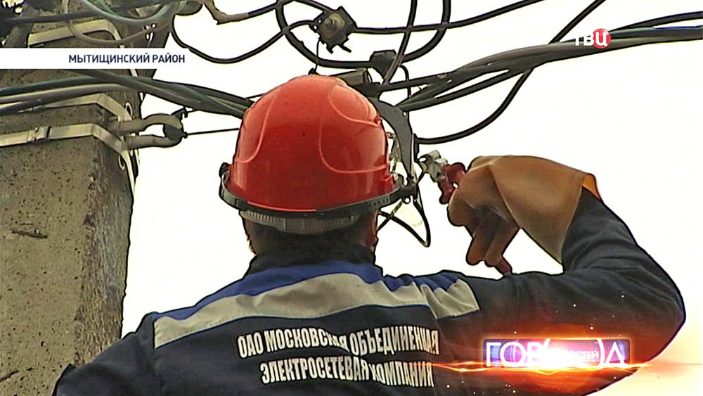 Электрик проводит монтажные работы