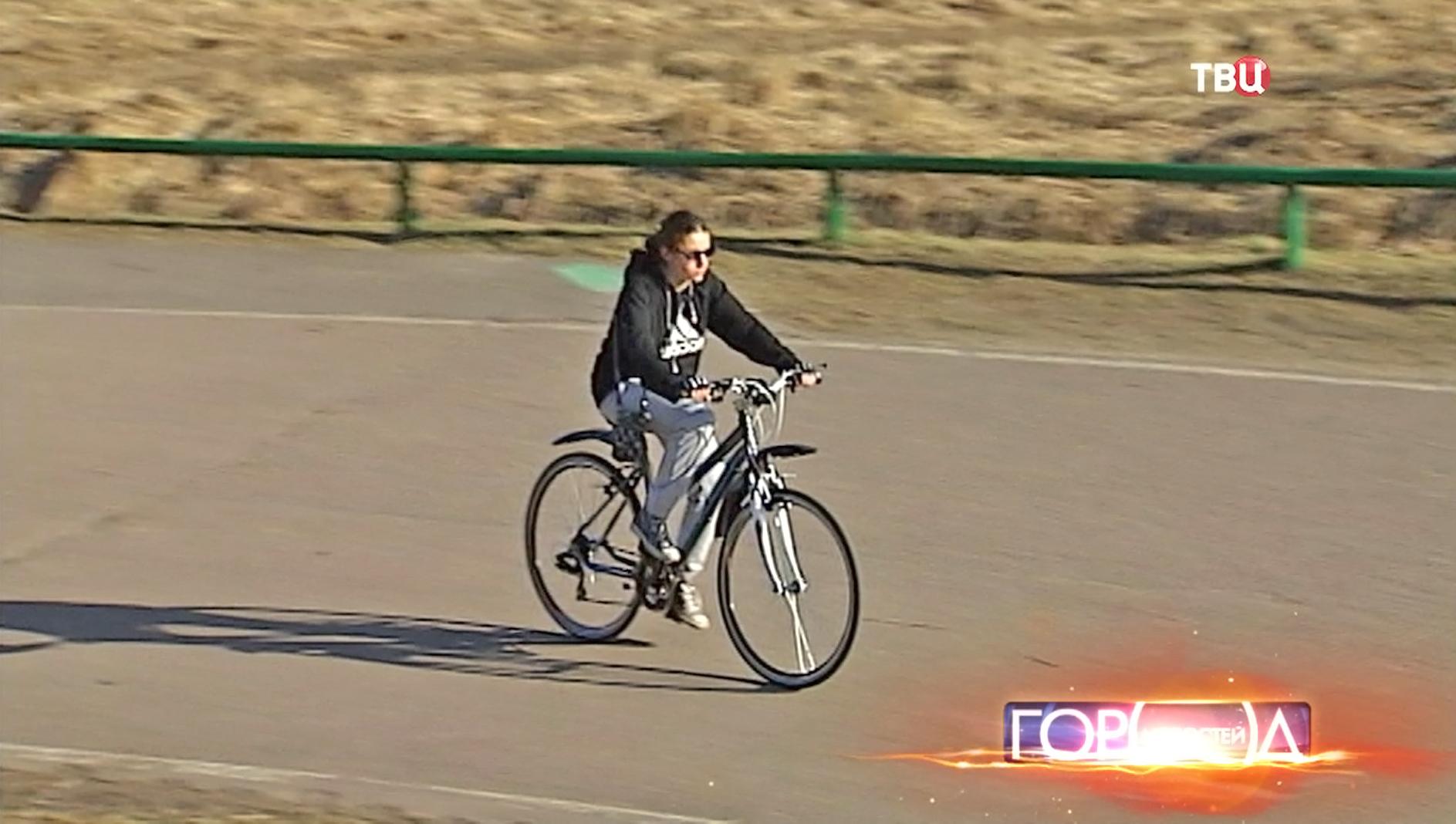 Велосипедистка катается в парке