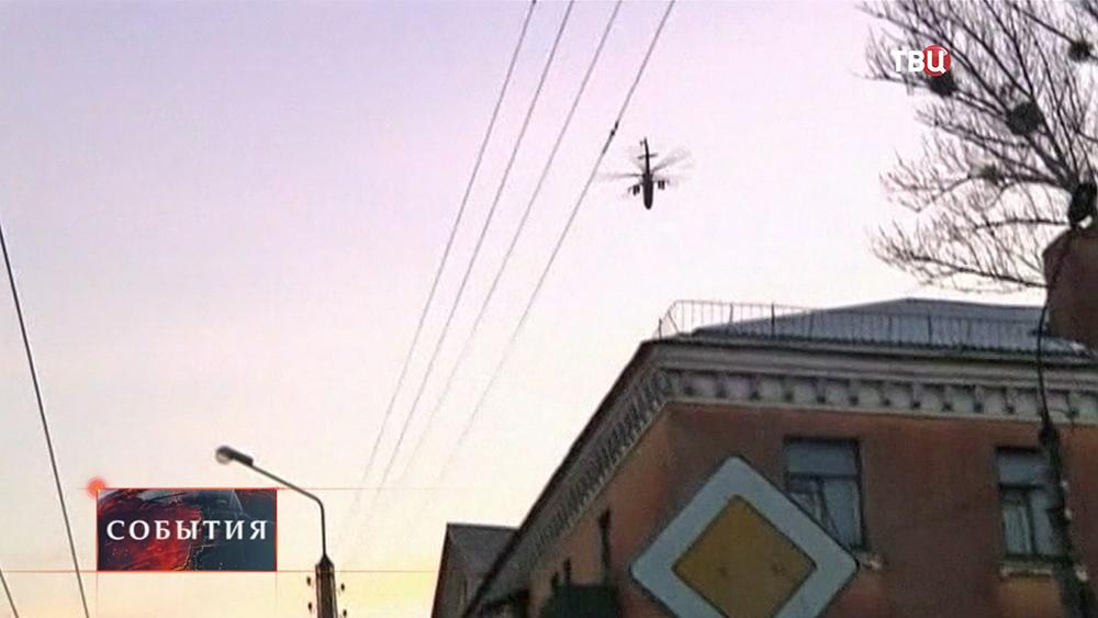 Военный вертолет над домами