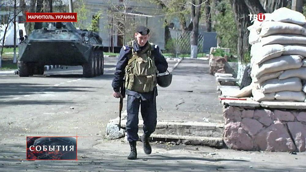Украинский солдат на военной базе в Мариуполе