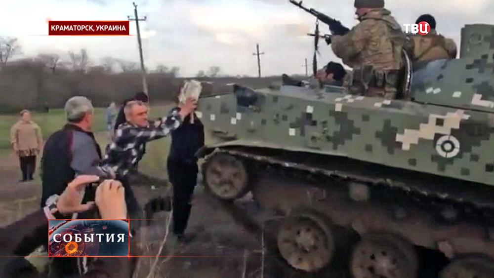 Жители Краматорска останавливают танк