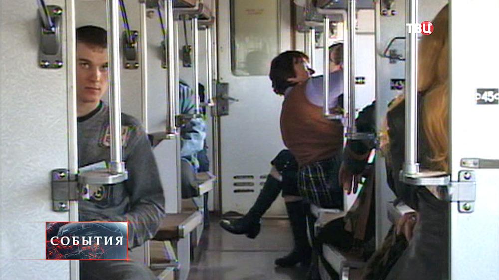 Пассажиры в плацкартном вагоне