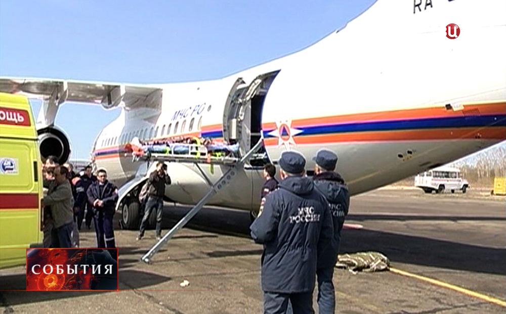 Самолет МЧС эвакуирует пострадавшего