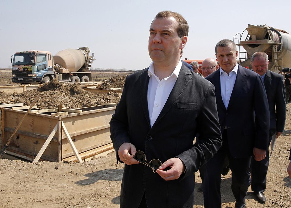 Дмитрий Медведев во время осмотра площадки, где начинается строительство домов для жителей села Ленинское