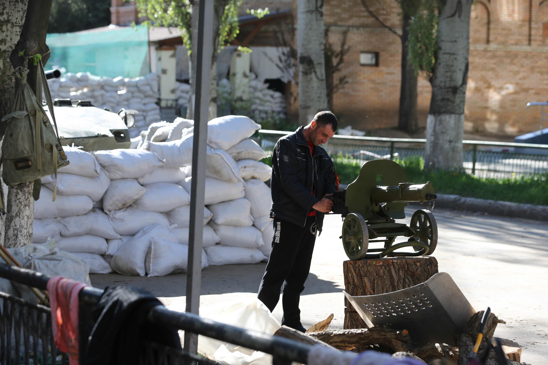 Боец народного ополчения у баррикад в городе Славянск