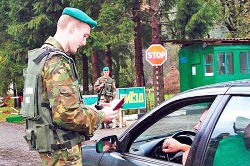 Сотрудник пограничной службы проверяет документы