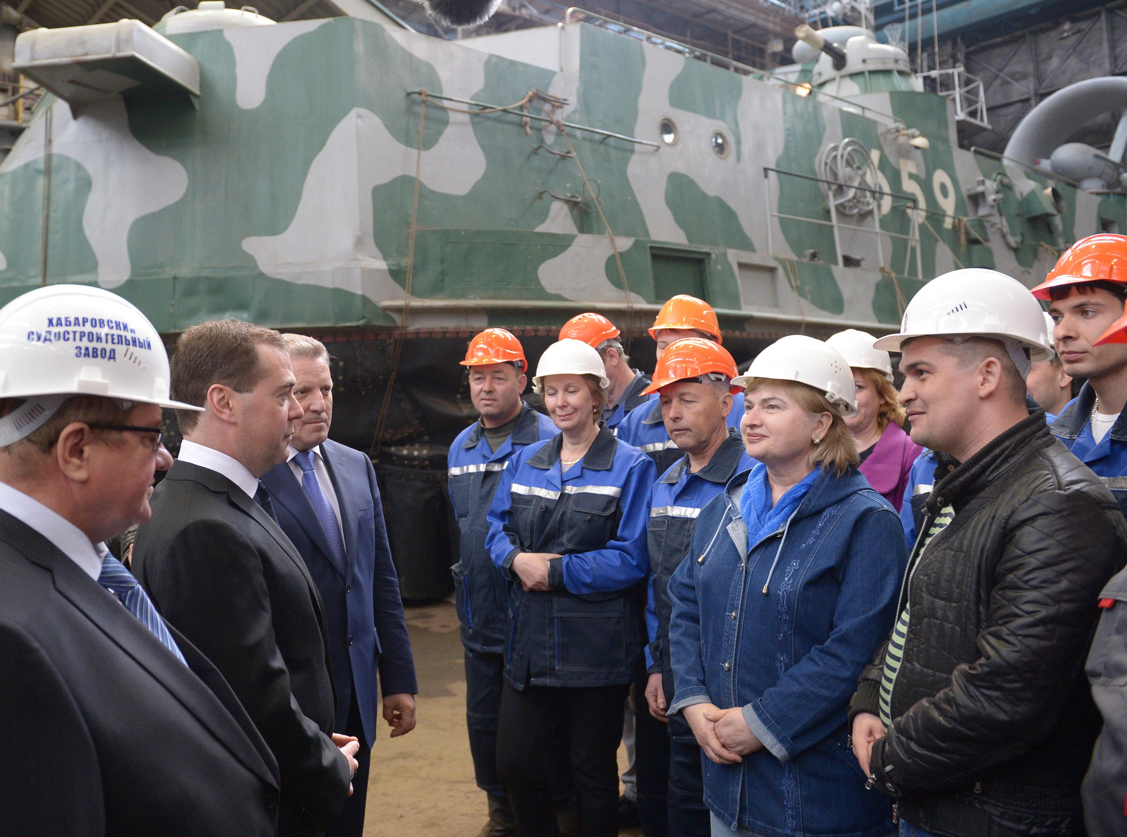Дмитрий Медведев с работниками завода во время посещения Хабаровского судостроительного завода