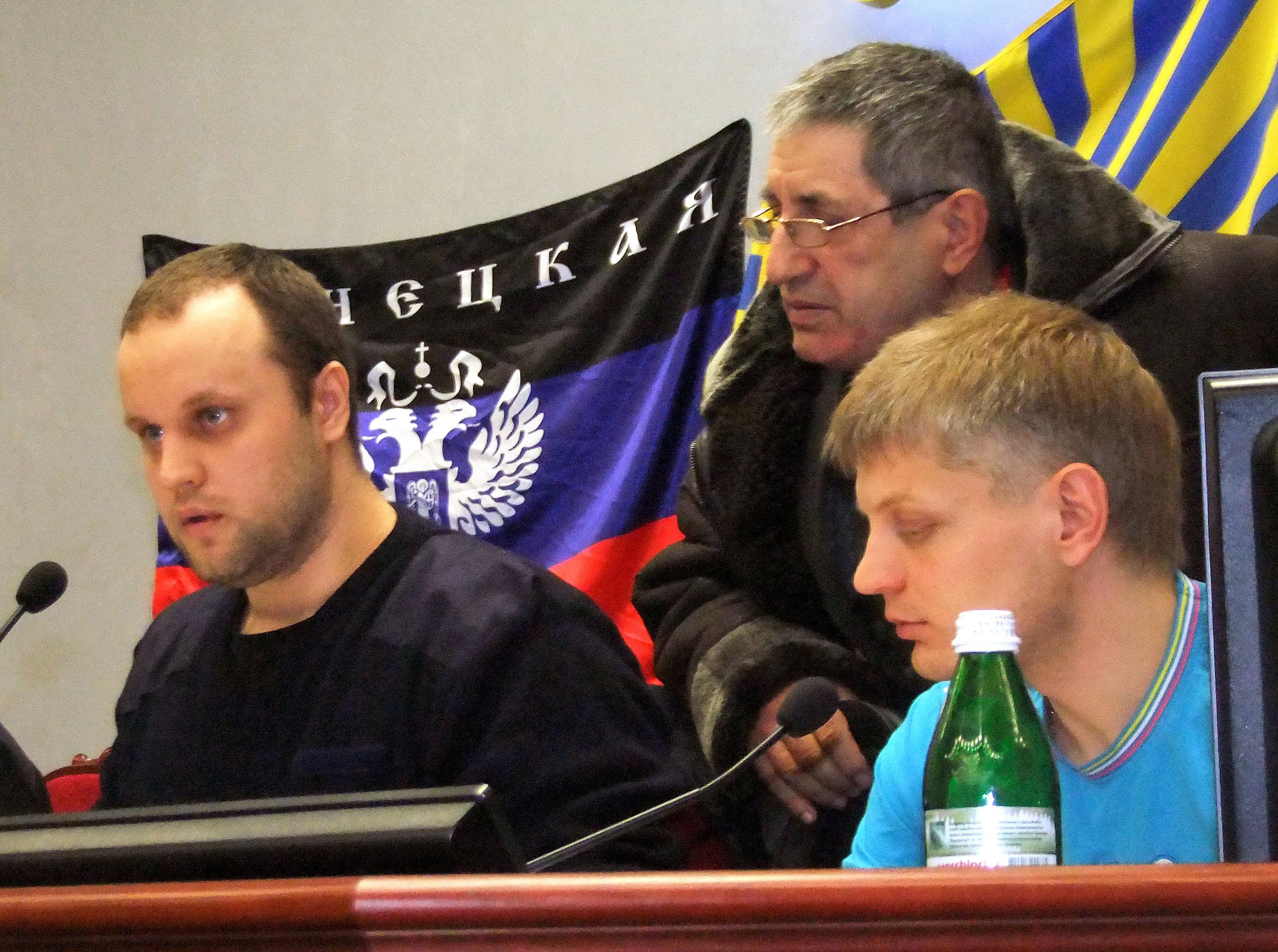 Избранный народом губернатор Донецкой области Павел Губарев (слева)
