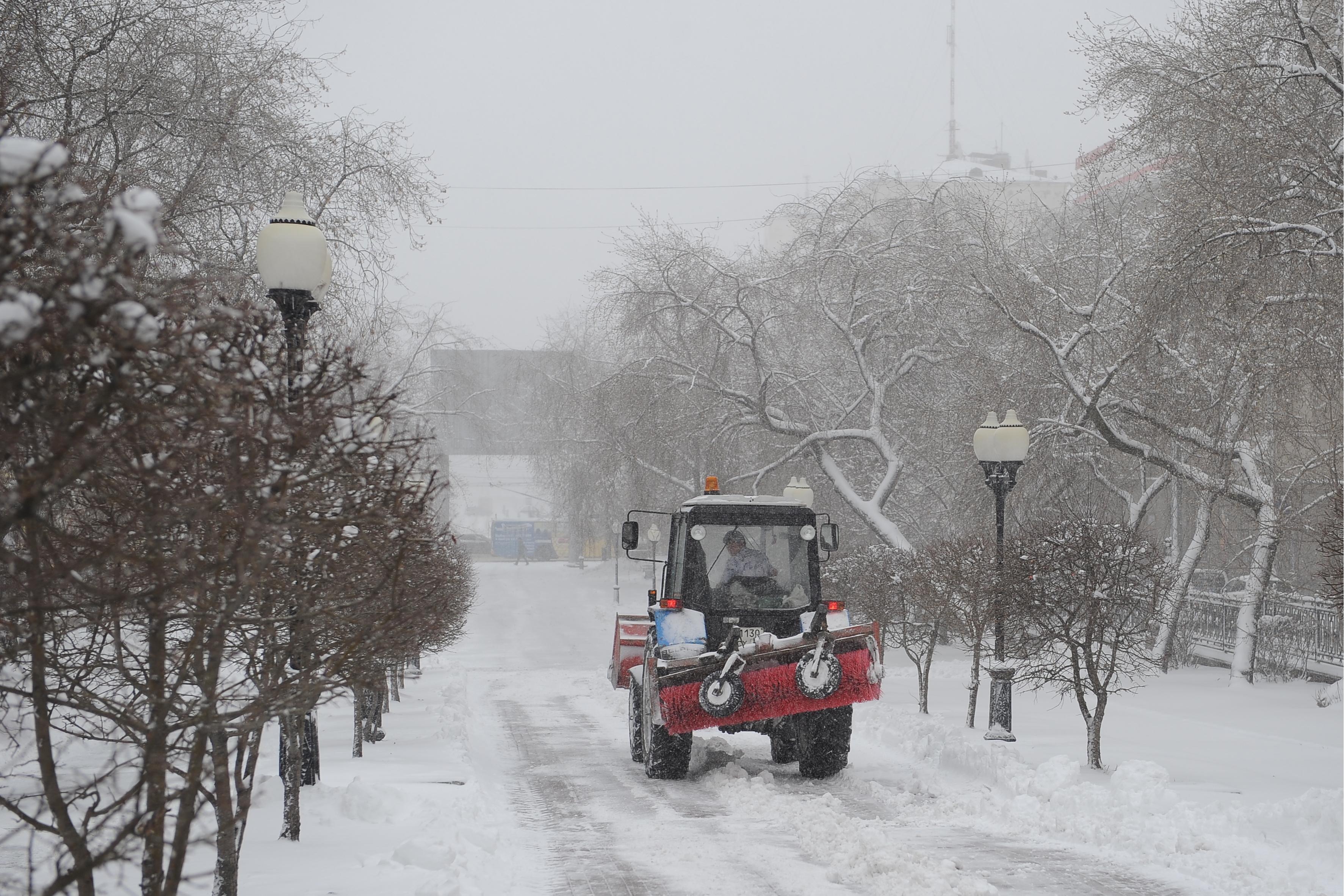 Уборка снега на одной из улиц Екатеринбурга