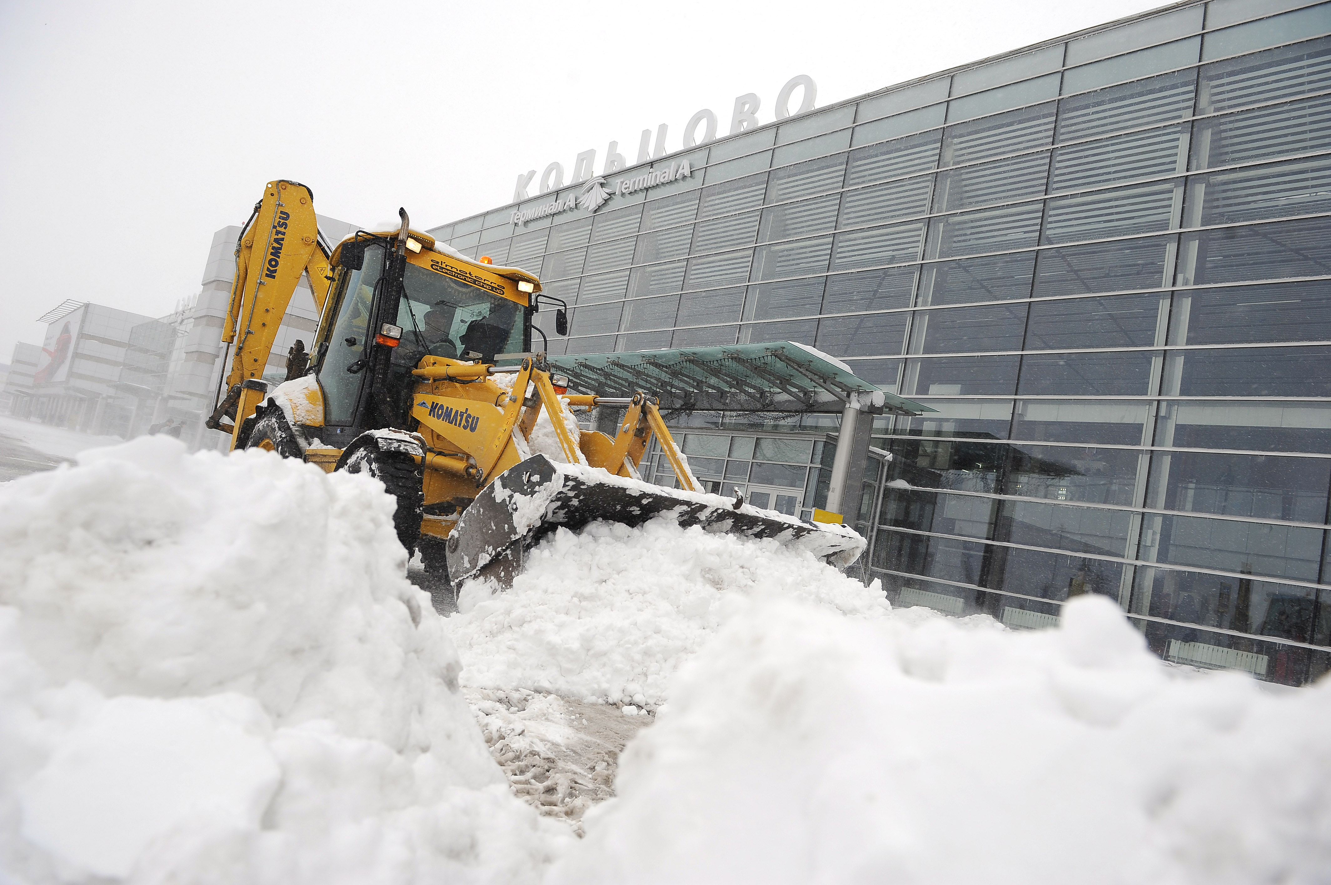 Уборка снега в аэропорту Екатеринбурга