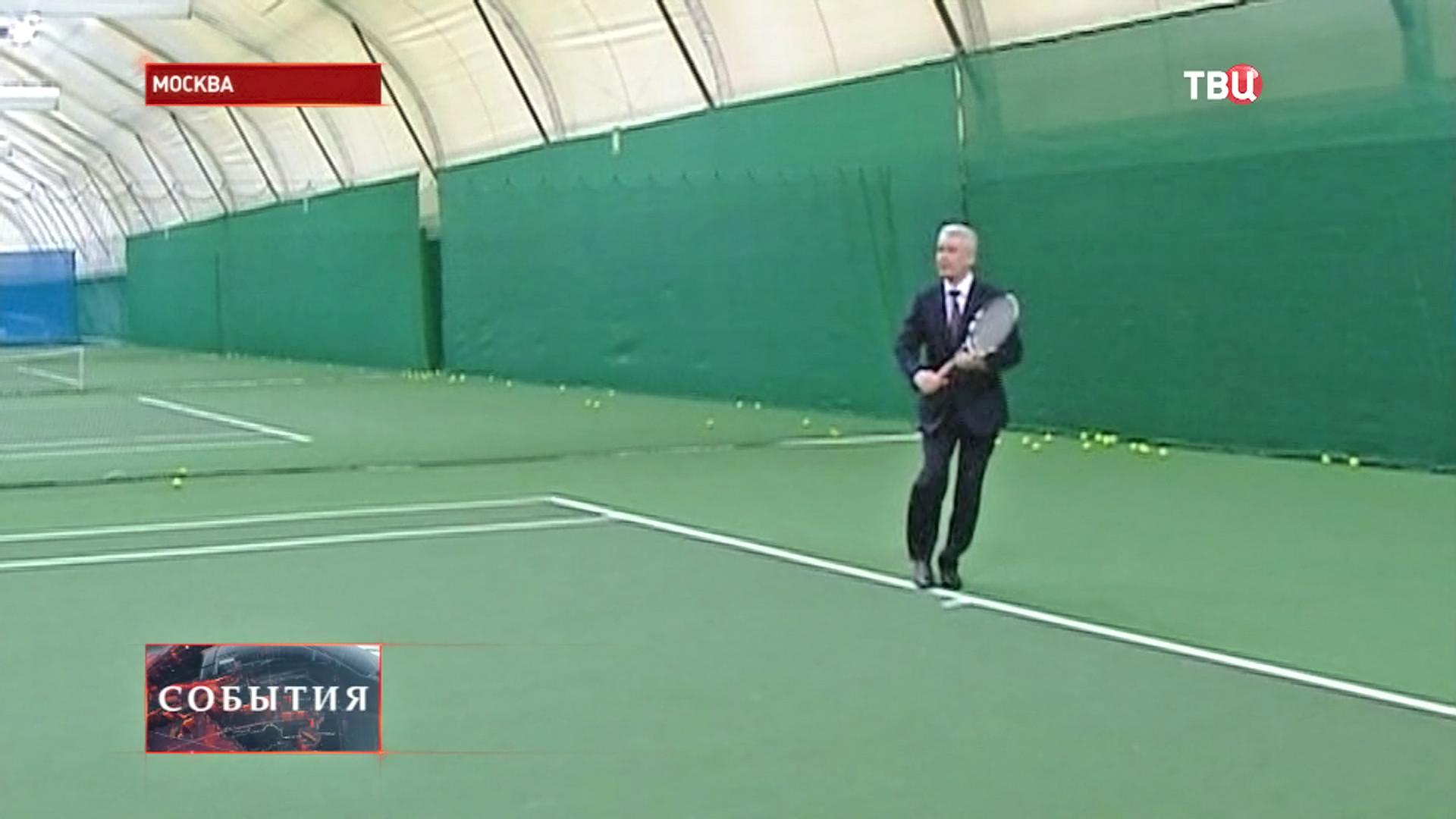 Сергей Собянин играет в теннис