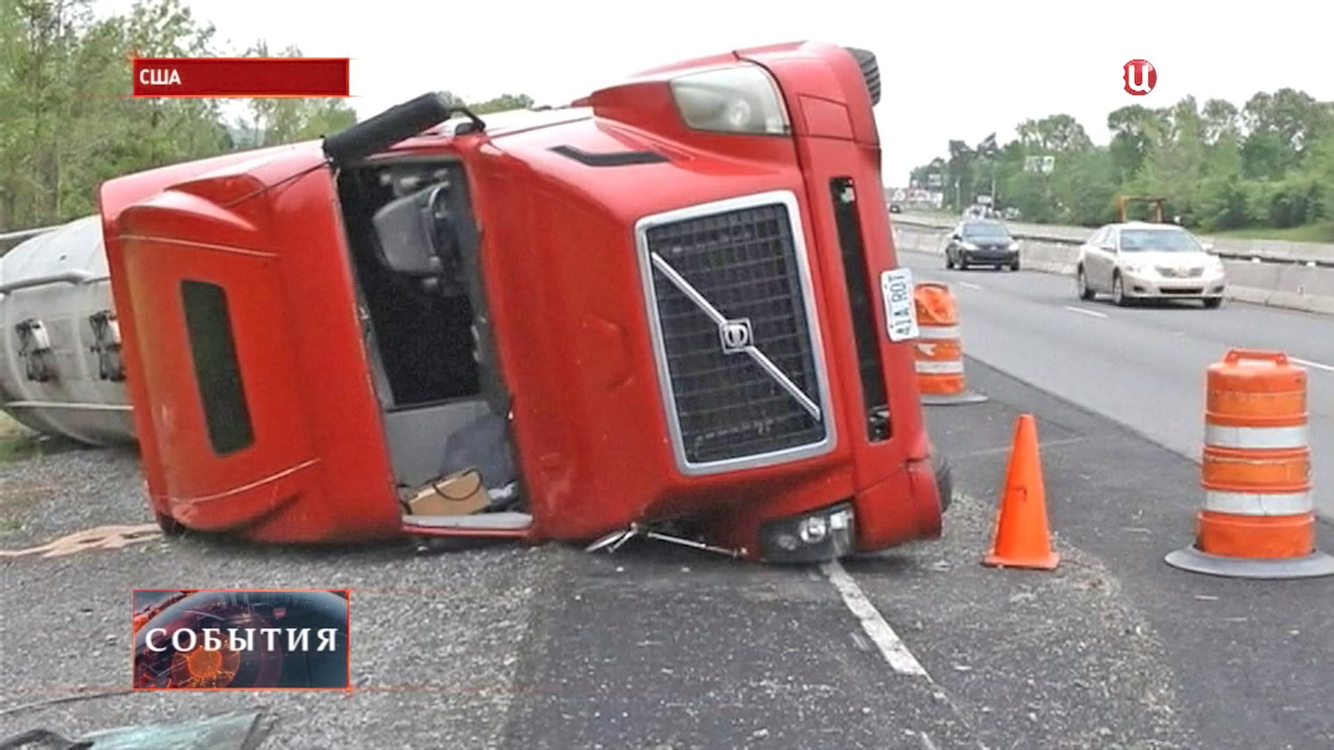 Перевернутая машина после торнадо в США