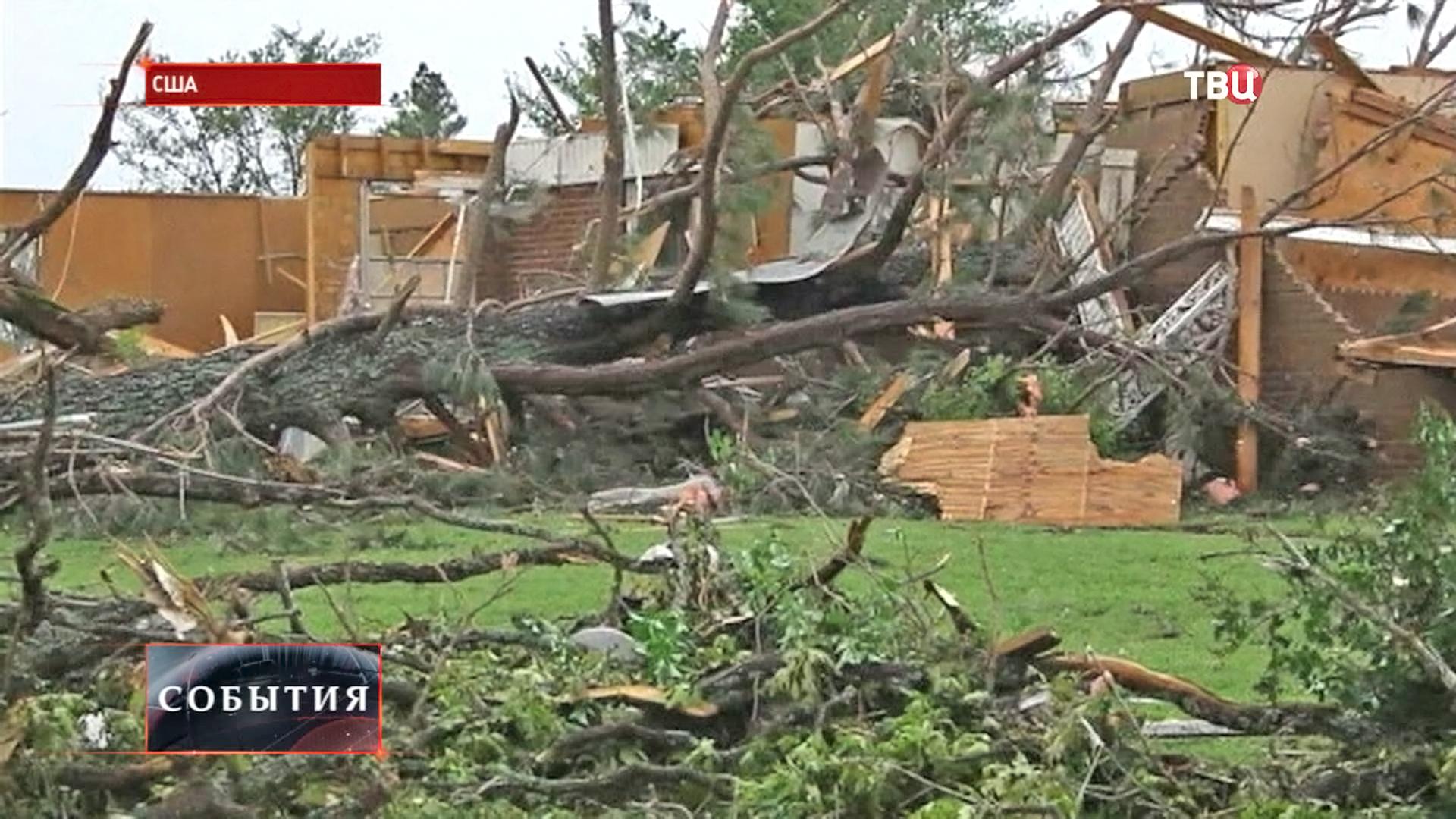 Поваленные деревья после торнадо в США