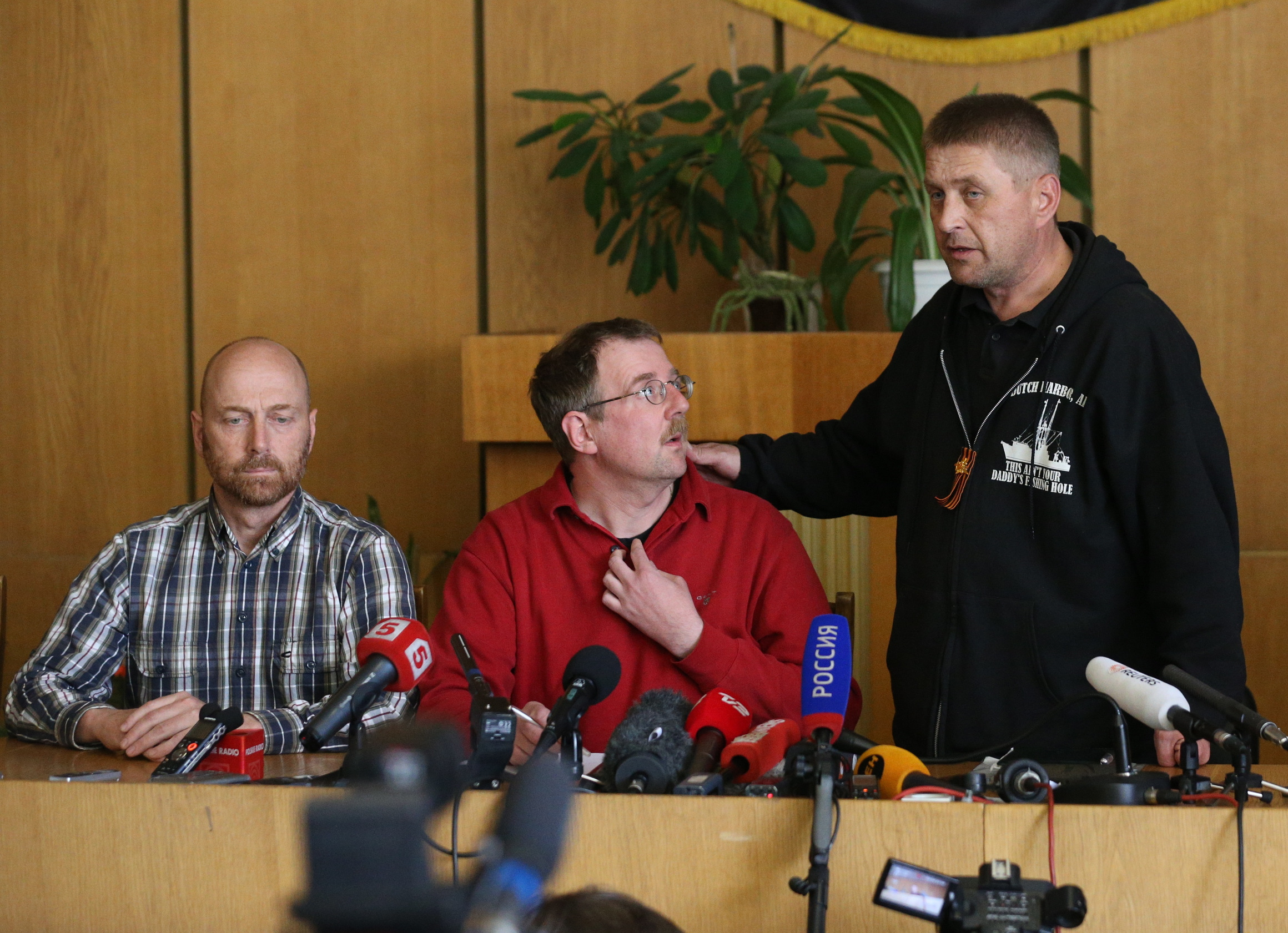 Члены делегации военных наблюдателей ОБСЕ и самопровозглашенный мэр Славянска Вячеслав Пономарев во время пресс-конференции в здании СБУ