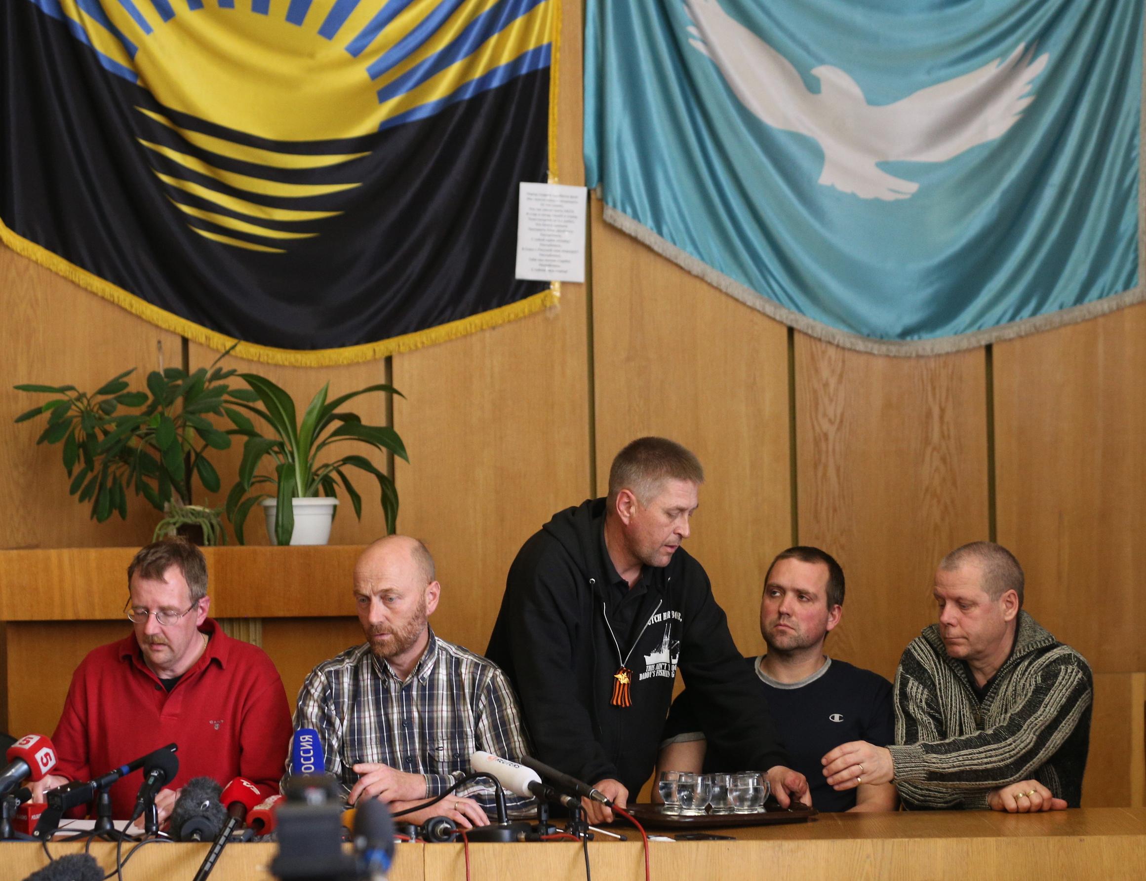 Члены делегации военных наблюдателей ОБСЕ и самопровозглашенный мэр Славянска Вячеслав Пономарев