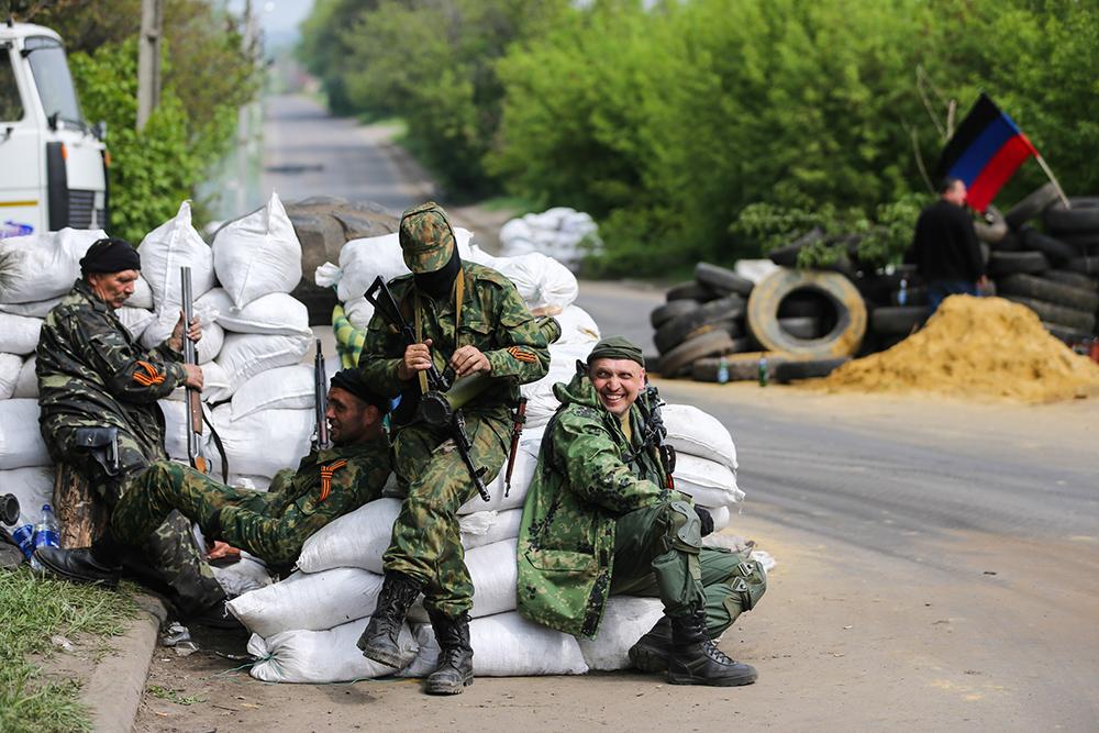Народные ополченцы на блокпосту в Славянске