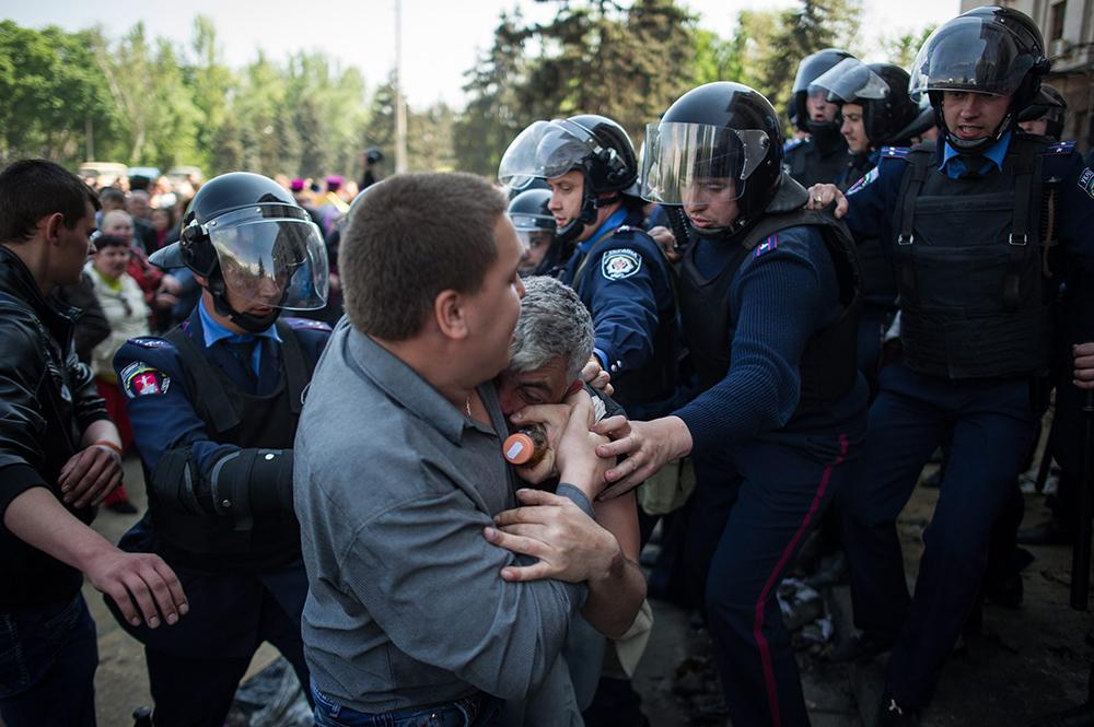 Украинская милиция сдерживает митингующих