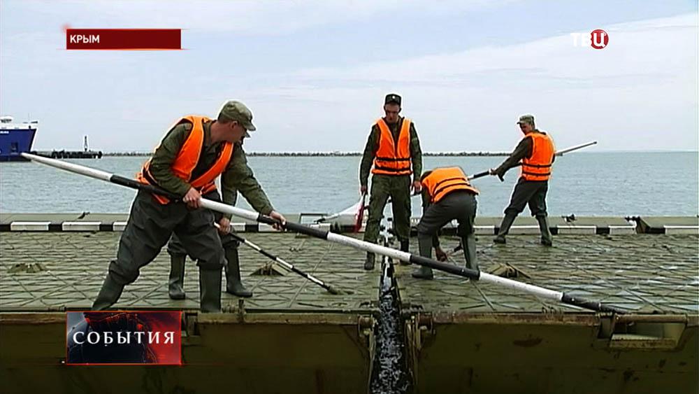 Военные собирают паром для переправы через Керченский пролив