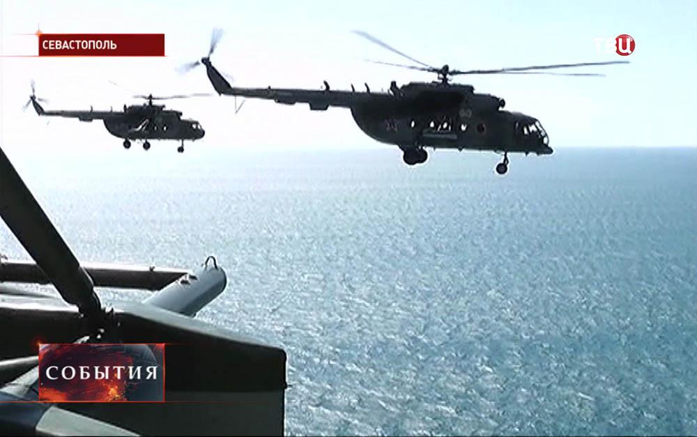 Вертолеты летят над Севастополем