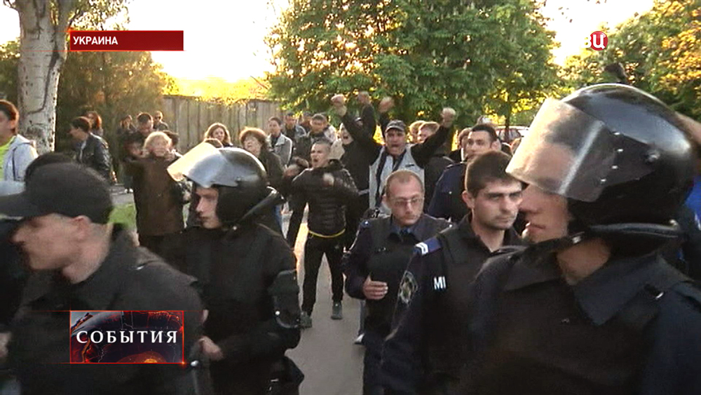 Жители прогоняют украинскую милицию