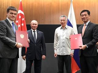 Церемония обмена документами, подписанными в рамках государственного визита президента России Владимира Путина в Сингапур