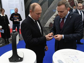 Владимир Путин во время осмотра выставки
