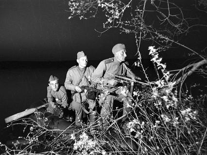 """В разведку стремились все — от 15-летних подростков до глубоких стариков, участников ещё русско-японской войны. Набирали в разведподразделения и в военкоматах, и уже непосредственно на фронтах. Опыт ведения боёв не был главным критерием при отборе будущих разведчиков. Намного важнее была психологическая устойчивость. """"…Нужно привыкнуть к мысли, что в любой момент тебя могут убить. Свыкнуться с ней. Если ты думаешь, как бы выжить, ты уже ненадёжен"""", — рассказывал разведчик Мстислав Иванов."""