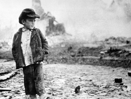 Ребёнок на руинах своего дома в Брянске