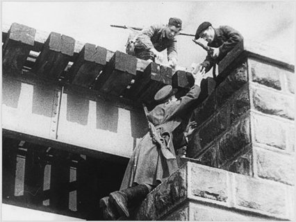 Партизаны минируют железнодорожный мост