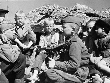 Сын полка встречается со своими сверстниками-детьми после освобождения города Кондопога