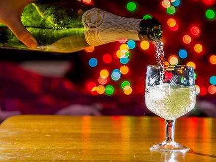 """""""И шампанское в стекло льётся пенными струями…"""""""